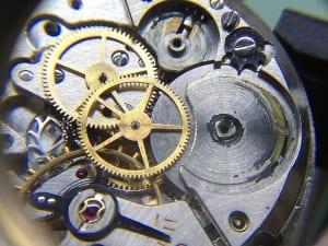大阪の腕時計修理店はどこ?オーバーホールの費用も解説