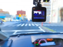 ドライブレコーダーを車に設置するメリットとは?取り付け方法もご紹介