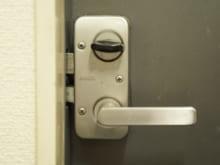 玄関ドアのカギ交換は自分でもできる?カギ交換の費用と手順を紹介!