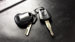 車の鍵を車内に忘れたときの鍵開けはどこに頼む?予防策も解説!