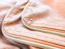 かばんの糸がほつれたときは?修理方法やかばんの取り扱い方を解説