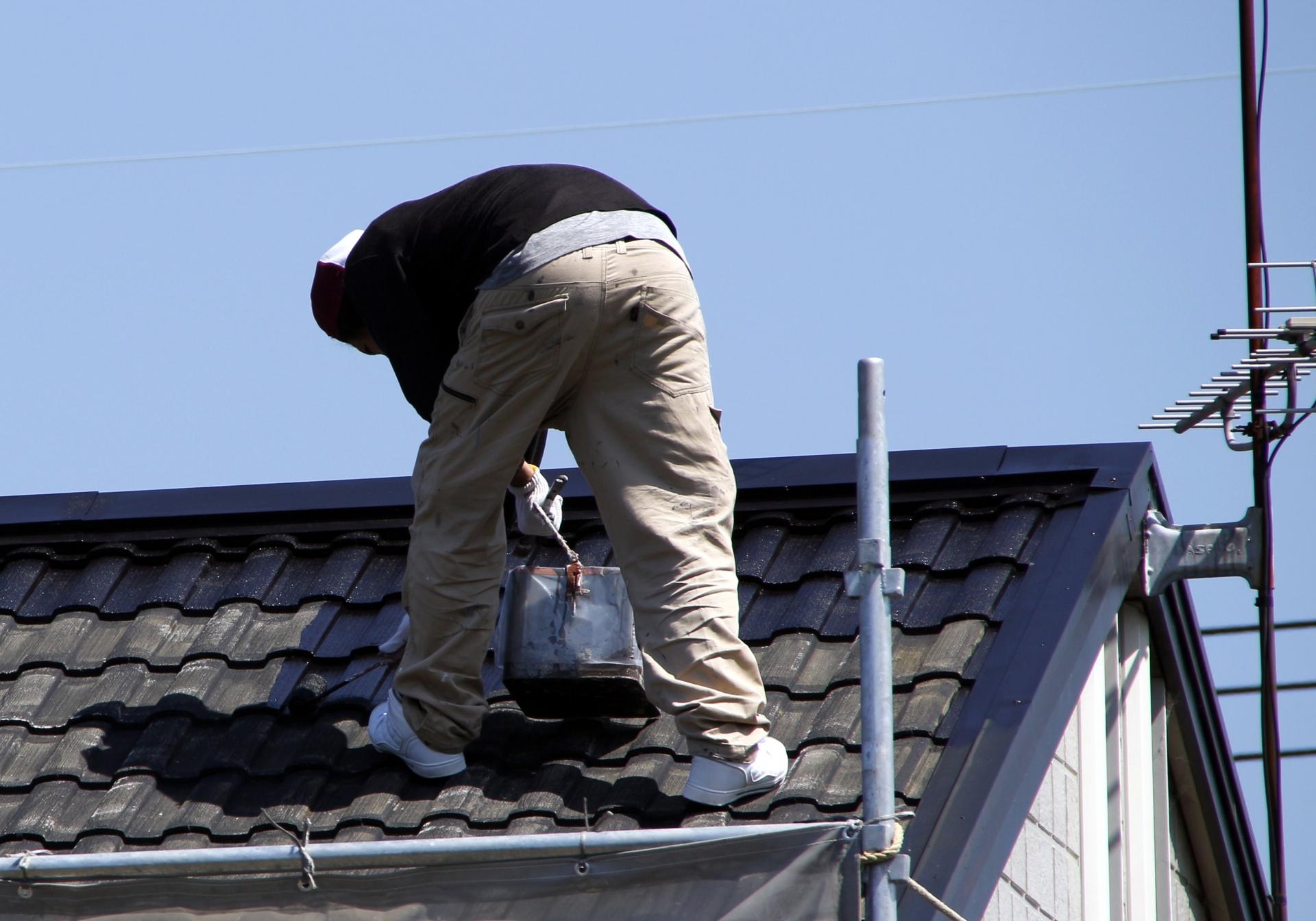 屋根の塗装はDIYでもできる?注意点やポイントを解説!