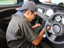 ガソリンスタンドの車内清掃!メリットやデメリット・費用を解説