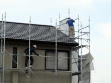 屋根・外壁の工事で足場を組む費用はどれくらい?