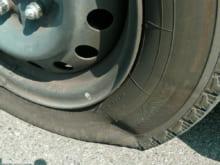 パンクは車両保険で直る?パンク予防の知識と対処法なども解説
