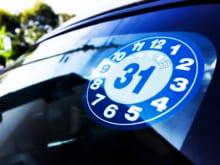 車の定期点検と車検の違いは?ステッカーの種類についても詳しく解説